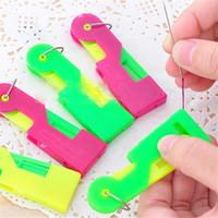 Plast Äldre Använd Automatisk Skillful Sewing Needle Device Threader Thread Guide Tool Gift to Mom DHL Frakt Gratis