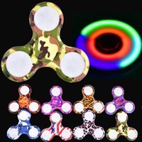 LED Camouflage Spinners Camo LED fessier fendues 8 couleurs Colorful ABS EDC Spinners avec léger Gyro Cross Style Hand Tri Fingertip OTH469