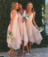 비대칭 높은 낮은 Boho 핑크 댄스 파티 드레스 다크 네이비 V 넥 짧은 신부 들러리 드레스 보헤미안 레이스 웨딩 게스트 드레스 파티 가운