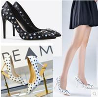 جديد 2017 الأزياء المسامير مضخة المرأة واشار تو حزب أحذية الزفاف أحذية الماس اللباس أحذية الانزلاق على سبايك مسمار عالية الكعب أبيض اللون