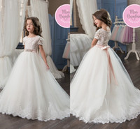 2017 Bianco Tulle Principessa Flower Girl Abiti per matrimoni Pizzo Appliques Maniche corte Little Kids Pageant Party Gown con fiocco di prua in rilievo