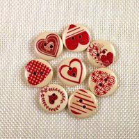 WB-25 도매 100PCS Mixcolor 붉은 심장 인쇄 나무 단추 두 개의 구멍 화려한 버튼 장식 바느질 공예 의류 액세서리