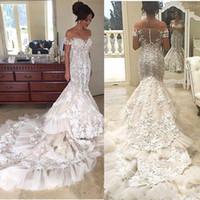 2017 Luxus-3D Blumen Appliques Spitze-Nixe-Hochzeitskleider weg von der Schulter Kurzschluss-Hülsen-abgestufte Röcke Brautkleider langer Zug BA4118
