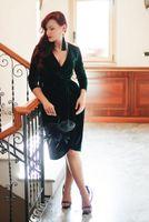 2020 новый изумрудный зеленый бархат вечерние платья длиной до колена Очаровательное вечеринка Коктейльское платье с длинными рукавами Формальная невеста платье на заказ глубокая шея 78