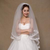 Ny vit 1,5 meter Korta brudslöjor 2 Tierskikt Elegant bröllopstillbehör 2017 med spetsapplikationer Veu de Noiva