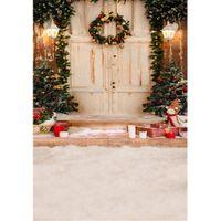 منزل في المنزل شجرة عيد التصوير خلفية إكليل الزهور على أبيض خشبي الباب سلالم هدية صناديق الأطفال أطفال الشتاء الثلوج صورة خلفية