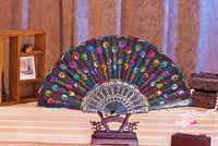 """2017 Fiesta de baile en español Fan de mano plegable con lentejuelas """"pavo real que muestra expectativas de amor"""" Decoración de fiesta de bodas Aficionados españoles de encaje"""