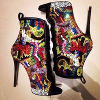 أحذية عالية الكعب الصيف الصنادل كريستال المغطاة الجوارب الكاحل هزلية متعدد الألوان الماس مثير الخنجر مضخات السيدات