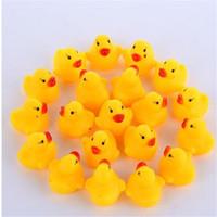 Bebé de la alta calidad del agua del pato del juguete suena Mini patos de goma amarillo Baño pequeño juguete del pato niños que nadan regalos de la playa