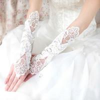 2017 nieuwe bruids handschoenen vingerloze bruiloft handschoenen met kant geappliceerd voor trouwjurk elegant wit / ivoor / zwart / rood bruiloft accessoires