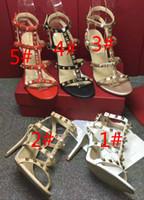 Sandalias de tacón alto con cadena de cuero para mujer de piel de oveja Las fugas de remaches dorados se refieren al grosor con sandalias para mujeres