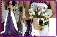 2019 Elegante jardín blanco y púrpura Una línea Vestidos de novia Embriodería Satén Sin tirantes Sin mangas Corte Tren Vestidos nupciales