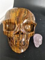 Nuevo producto natural cráneo de cristal de ojo de tigre Calavera cráneo de ojo de tigre tallado a mano para decoración de hogar 1.12 kg