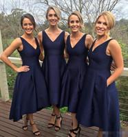 Yüksek Kaliteli Donanma Mavi Kısa Nedime Elbisesi V Yaka Kolsuz Fermuar Çay Boyu Cepler Ile Yüksek Düşük A-Line Düğün Parti Konuk Elbiseleri