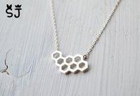 30pcs- n046 الذهب والفضة العسل مشط النحل خلية قلادة لطيف العسل قلادة خلية خلية النحل قلادة مسدس قلادة