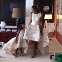 Moderno 3D Flora Lace Flower Flower Dresses Una línea Alto Bajo Madre Vestidos de hija Mini Me Kids Vestidos formales para bodas