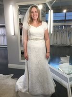 2017 Abiti da sposa in pizzo pieno con maniche corte Buttons Back Sweep treno in rilievo paillettes abiti da sposa personalizzati con cintura e bordare velo