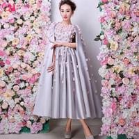 2021 Специальное случаю вечернее платье дизайнер мода длина чая платья дамы с мысом задним серебряным атласом