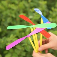 Flying Bamboo Dragonfly Hand Throw Jouets en hélicoptère Enfants Outdoor Classic Toy Colorful Flying Flying Fling pour enfants