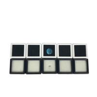 Caja de paquete de exhibición de diamante flojo plástico de 100 piezas Caja de caja de gema cuadrado blanco Cuentas de almohadilla de espuma blanco negro Caja de colgante de gema blanca 3 * 3 * 2 cm