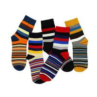 남성의 컬러 줄무늬 양말 최신 디자인 인기있는 남성 양말 5 쌍 스트라이프 양말 정장 패션 디자이너 컬러 코튼 6 -11 도매