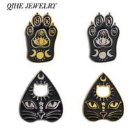 QIHE TAKı Kedi yüz ve pençe emaye pimleri Koyu Tanrıça Crescent Moon Ouija Yaka iğneler Rozetleri Cadılar Bayramı için Broşlar Iğneler
