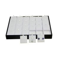 Caja de exhibición de madera fina de la joyería Blanco PU y terciopelo negro 24 Collar de inserción Pendientes Accesorios del perno prisionero Organizador de almacenamiento Bandeja