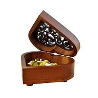 A forma di cuore d'epoca in legno intagliato Meccanismo Music Box Wind Up Music Box regalo per Natale di compleanno San Valentino