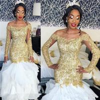 Vestido de novia blanco y dorado Manga larga fuera del hombro Apliques de oro Vestidos de novia de organza Sirena Vestidos de novia a medida