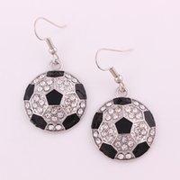 Estilo deportivo Pendiente femenino Preciosos cristales chispeantes y esmalte negro Pendientes colgantes de forma de balón de fútbol