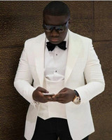 Новый стиль Groomsmen Peaked слоновой кости отворот жениха смокинги одна кнопка мужские костюмы свадьба / выпускной блейзер лучший человек (куртка + брюки + жилет + галстук-бабочка) M34