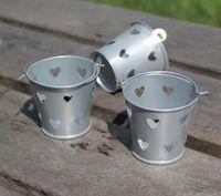 100st Colorful Heart Hollow Out Tin Pails Mini Bucket Wedding Candy Box Casamento Chocolate Favors Boxes Gratis frakt