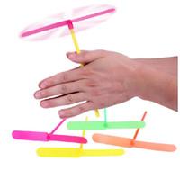 Novedad de plástico de bambú libélula hélice helicóptero al aire libre volando juguetes para niños pequeños regalos favores de fiesta para niños