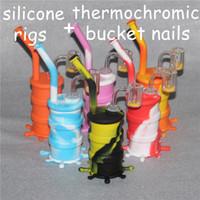Resplandor en la tubería de agua de silicona de la plataforma petrolera de silicona oscura con cubos de cuarzo termocromáticos, plataformas de tambores de aceite antibalas de silicona antiadherentes