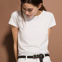 No verão de 2019, camisetas brancas simples com mangas curtas e cores lisas foram feitas de fundos de algodão de porcelana de gelo fino.