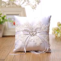 Elegante witte kant trouwring kussen met harten decoratie bloemen satijn kussen bruiloft leveranciers Hoge kwaliteit