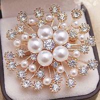Spilla a forma di fiore placcato in oro e argento con grande perla imitazione di strass per sposi