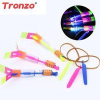 Tronzo Outdoor Fun 10Pcs / Bag LED Light-up Toys Plastica Arrow Rocket Elicottero Flying Toy Flash Bamboo Divertente giocattolo per bambini