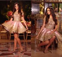 Increíble encaje de oro cóctel corto vestidos de fiesta fuera del hombro con mangas apliques satinada una línea casequoming vestido de fiesta de noche formal