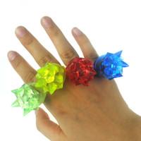 Atacado-20pcs / lot Flicker anel de dedo colorido barato acender brinquedo moda led anéis para crianças fontes do partido de aniversário anel luminoso