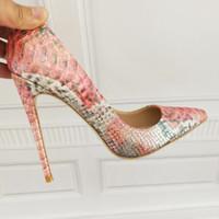 fc92d58ce92f Sapatos de marca Sapatos Brancos de Salto Alto Rebite Fingertips Salto Fino  Sola de Casamento das