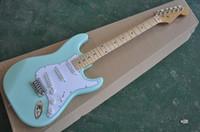 قادم جديد! مصنع مخصص ضوء بولي الجسم الغيتار الكهربائي مع الأصابع القيقب pickguard الأبيض ، يمكن تخصيص
