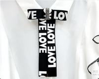 BOWKNOT رسالة دبابيس دبابيس الكريستال حجر الراين أسود أبيض رسائل الحب دبوس بروش قميص طوق الاكسسوارات حزب هدايا عيد الميلاد