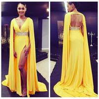 2021 Cerimonia Prom Dress tappeto V-Collo profondo giallo sexy alta Spalato rosso della celebrità con Capo Lunga vita in rilievo sera vesti de soirée