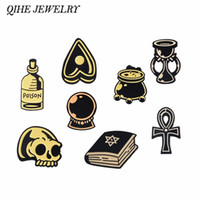 QIHE SIERADEN Heks Wizard Article devin Kristal Kaars Potion Cauldron Gif Ouija Skelet Dark pin Enamel pins Broches