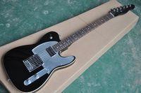 La guitarra eléctrica negra con espejo Pickguard, diapasón de palisandro, cuerpo de encuadernación, herrajes cromados, puede cambiarse según lo solicite