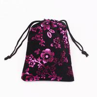 """10pcs 9x12cm (3.54 """"x4.72"""") gioielli Imballaggio sacchetti di imballaggio Sacchetto del velluto con coulisse borse regalo nero con caldo Sacchetti di fiori rosa"""