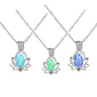 العصرية فضي اللون لوتس زهرة مضيئة يتوهج في الظلام الهلال قلادة قلادة للنساء لؤلؤة قفص المجوهرات هدية