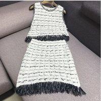 Yeni tasarım kadın sonbahar avrupa moda o-boyun kolsuz örme püskül kırpma üst yelek ve kalem kısa etek twinset elbise suit