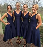 2019 Jardín corto alto Alto bajo Dama de honor con bolsillos Azul marino Barato con cuello en V Plisado Vestido de dama de honor Damas de honor junior formales